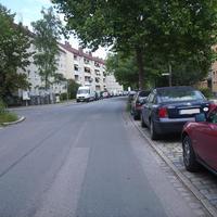 Anfahrtsansicht Höhe Einmündung Hans-Schmidt-Straße.