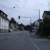 Anfahrtsansicht vor der Kreuzung Heuchlinger Straße.