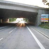 Anfahrtsansicht kurz vor dem Eisenbahntunnel. Ein paar Meter weiter vorne wird wesentlich häufiger gemessen.