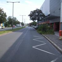 Anfahrtsansicht kurz hinter der Einmündung Löffelholzstraße in Höhe des Möbelhauses.