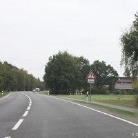 Anfahrtsansicht: ca. 400 Meter vor dem Messpunkt befindet sich eine leichte S-Kurve mit Einfahrten zum Landgasthof Pollmeyer