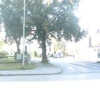 Strassenanfang an der Kreuzung mit der Saurelacher Strasse. Im Hintergrund in Höhe des LKW die ersten und einzigen 30, dann folgt ein Zebrastreifen und links ein Krankenhaus.