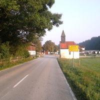 Ortseinfahrt von Bad Tölz kommend. Man hat hinter sich 12km Strecke  ausserhalb geschlossener Ortschaft mit 100km/h erlaubt. Nur ein kurzer Abschnit von 3km vorher ist auf 80km/H begrenzt. Zwischen einer scharfen Rechtskurve und Kreuzung.