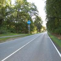 Ansicht aus Rtg. Schwerin kommend Rtg. Autobahn/Crivitz kurz hinter ARAL. Hier sieht man nur ganz links im Bild den Sensor. Aus Autofahrersicht nicht zu erkennen. Außerdem schaut man intuitiv eher nach rechts.