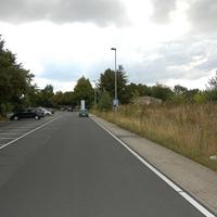 Anfahrt: Gute Straße, rechts kein Gehweg, hohes Gras.