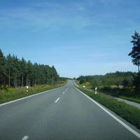 Anfahrtsansicht kurz vor der Autobahnbrücke A9 und der ICE Strecke Nürnberg - München. Hinter uns liegt Sperberslohe.