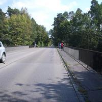 Anfahrtsansicht auf Höhe der Autobahnbrücke über die A 6 kurz nach dem Ortsausgang Schwabach.