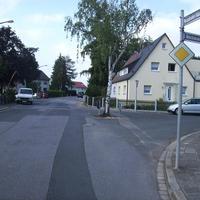 Anfahrtsansicht in Höhe der Einmündung Reichsbodenweg.