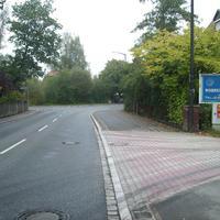 """Anfahrtsansicht in der ersten Kurve nach Ortseingang. Links mündet das """"Amtmannsbrücklein""""."""