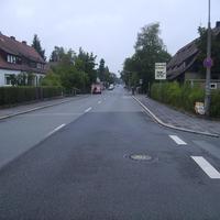Anfahrtsansicht Höhe Neunkirchener Straße. Wie man unschwer erkennen kann, liegt rechts ein Schulgebäude.