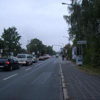 Anfahrtsansicht vor der Kreuzung Willstätterstaße. Man merkt, dass es früh am Morgen ist, denn es staut sich in Richtung Südwestpark.