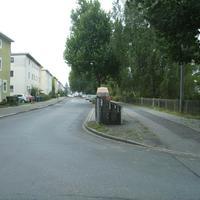 Anfahrtsansicht am Beginn der Eibacher Schulstraße. Nach links geht die Werkvolkstraße weg, nach rechts die Ahornstraße.