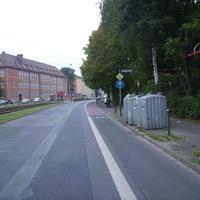 Anfahrtsansicht. Links ist eines der hier anliegenden Schulgebäude zu erkennen.
