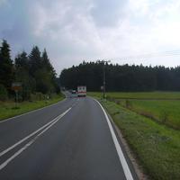 Anfahrtsansicht am Ortsausgang von Leerstetten.
