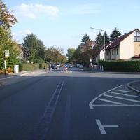 Anfahrtsansicht. Rechts mündet die Feuchtwanger Straße.
