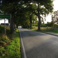 Anfahrt. Im Hintergrund kommt soeben der Meßwagen rechts aus der entsprechenden Grundstückseinfahrt.