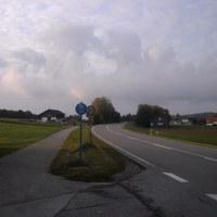 Anfahrtsansicht.Temporeduzierung auf 80 und dann auf 60km/h. Schild mit 60 steht dort, wo die Bäume sind.
