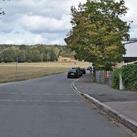 Anfahrt Ri. Bronnamberg auf eine absolut berechtigte Messstelle. Rechts ist schon der Kindergarten zu sehen.