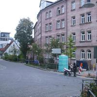 """Anfahrtsansicht in der Lindengasse von """"Am Johannisfriedhof"""" her kommend. Rechts endet die Großweidenmühlstraße, welche ebenfalls in die Lindengasse mündet."""