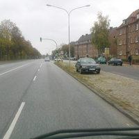 hier aus der  Sicht Richtung Bad Schwartau. Hinter der Bushaltestelle(Oderstraße) steht der silberne Opel Zafira mit dem PSS.