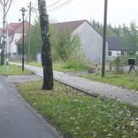 Anfahrt aus Richtung Freital kommend. Gerät steht rechts neben dem Fußweg im Gebüsch.