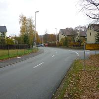 rechts gehts Richtung Friedhof (Poxdorfer Straße). Von der Autobahn her kommend gilt erst beidseitig 70, dann kommt das Ortsschild sowie ein Fahrbahnteiler, dann bereits ein 30er Schild. Das zweite 30er Schild im Hintergrund ist schon am Messpunkt.