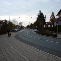 Höhe der Überfahrt von der Karl-Bröger Straße kommend.
