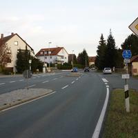 Die Entfernung zwischen Ortsschild und Messfahrzeug ist recht kurz, aber durch die beidseitige Bushaltestelle, den Kreuzungsbereich und auch aufgrund des Radweg Endes nachvollziehbar.