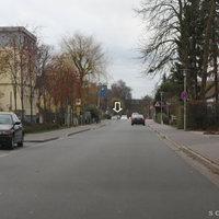 Anfahrtansicht: Artillerieweg in Richtung Ammerländer Heerstraße (häufige Messstelle); Bereits zu sehen war der Messwagen