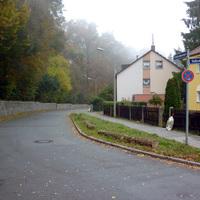 Anfahrtsansicht in Höhe der Einmündung Seitzstraße.