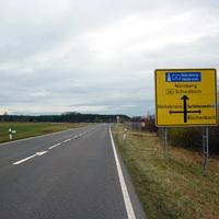 Anfahrtsansicht von Kreuzung Hergersbach her kommend. Das erste 80er-Schild zeichnet sich ab.