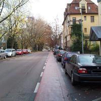 """Anfahrt: Die Straße wurde vor Jahren """"rückgebaut"""". Es wurden beideitig Radwege und Parkplätze angelegt, und eine 30er Zone eingerichtet... Wer aufmerksam ist, verdächtigt in solchen Straßen jedes Auto."""