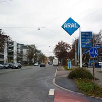 Anfahrtsansicht in Höhe der Einmündung Bismarckstraße.
