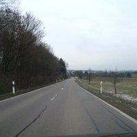 Die Anfahrt von Hattenhofen/Sparwiesen kommend. Straße ist gut ausgebaut, leicht abschüssig.
