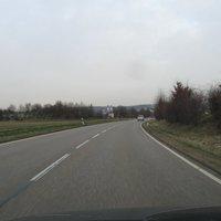 Am Beginn des Gewerbegebiets. Der Straßenabschnitt hinter uns zeugt von vielen schweren Unfällen, mit einigen Toten...