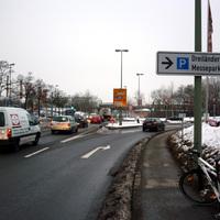 Anfahrtsansicht auf der Regensburger Straße / B 8 in Höhe der Auffahrt zur Franz-Josef-Strauß-Brücke (St2125 / B 12 / B 388).