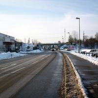 Anfahrtsansicht auf der Regensburger Straße / B 8. Direkt hinter der Brücke befindet sich ebenfalls eine Messstelle.