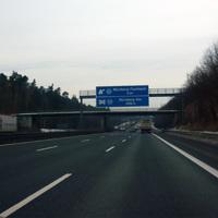 Anfahrtsansicht 2000m vor dem Kreuz Nürnberg-Ost. Wir haben bereits das Dreieck Nürnberg/Feucht und den Rastplatz Feucht hinter uns gelassen. Es gilt ein Tempolimit von 120.