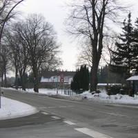 """hier haben wir die Anfahrtsrichtung aus Lübeck kommend-Augenmerk: es wurde beidseitig fotografiert. Links gehts in die Straße """"Rehhagen"""". Hinten im Knick ist schon die Fahrerkabine des silbernen Ford Transit zu erkennen."""