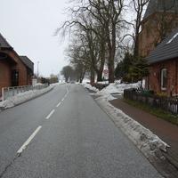 Anfahrt Rtg. Wismar, aus Schwerin kommend. Sowohl Blitz als auch die Kamera (auf der Friedhofsmauer) waren rechtzeitig zu erkennen.