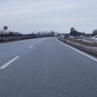"""A14 Richtung Norden (Schwerin/Wismar). Nach den üblichen 130 km/h weisen ein Hinweisschild """"800m Baustelle"""" sowie der Trichter 100-80 auf eine Baustelle hin. Hier die ersten 80 km/h-Schilder."""