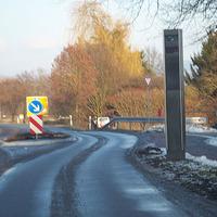 Geschwindigkeitskontrolle an der Ortsausfahrt vor der Fahrbahn-Verschwenkung.