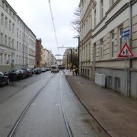 Anfahrtsansicht. 30-Zone. Hinweis auf junge Fußgänger - an der Friedensschule.