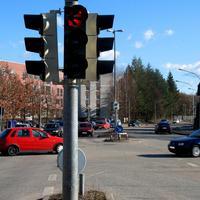 Von der Autobahn 1 kommend in Rtg. Zentrum / Moisling steht der Rotlicht-Blitzer an der Kreuzung Ziegelstrasse, blitzt auch die Abbiegespuren !!!