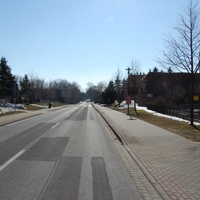 Anfahrtsansicht. Das Bild entstand etwa 250m hinter dem Ortseingang aus Sternberg kommend.