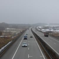 Blick von der Brücke aus auf den Verkehr von der Raststätte Fuchsberg kommend in Richtung Rostock fahrend. Diese (zweite) Brücke liegt etwa 2km weiter hinter der Raststätte.