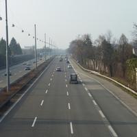 Kurz nach Auffahrt 5a Wesseling in Richtung Köln, bei km 9,5. Die Messgerätschaft befindet sich in einer Einbuchtung der Lärmschutzwand am rechten Fahrbahnrand.