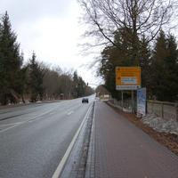 Die letzte Kreuzung vor dem Ortseingang Schwerin, aus Ludwigslust kommend, kurz hinter den Bahnschienen. 70 km/h sind erlaubt.