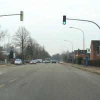 Blick Ziegelstrasse stadtauswärts, eben an der Shell-Tanke vorbei. An der Ecke Karavellenstrasse steht der Zafira. Blitzt stadteinwärts.