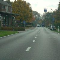 Anfahrt von Overhetfeld.Links Feuerwehrhaus